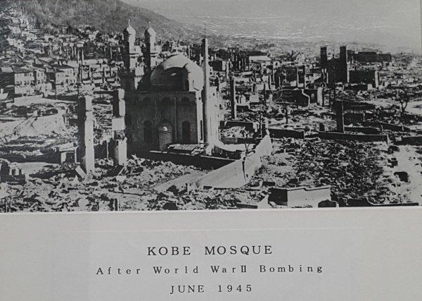 Мечеть уцелела после бомбардировок американских самолетов во время Второй мировой войны.