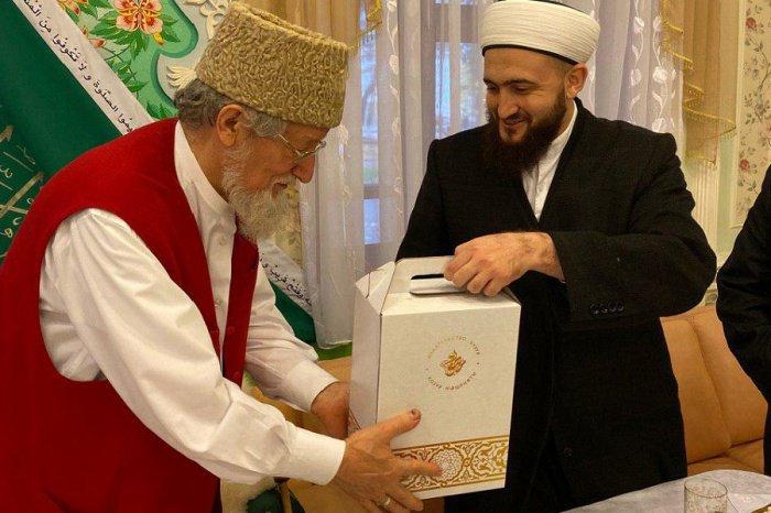 Камиль хазрат преподнес муфтию памятные подарки.