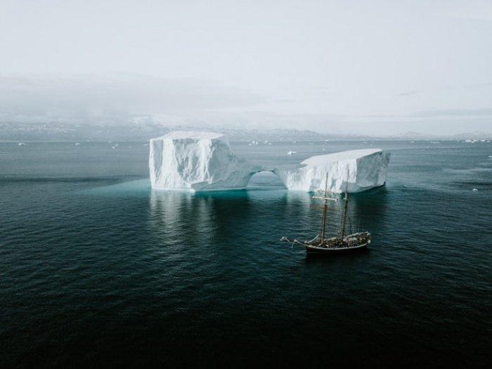 Айсберги находятся в движении, а размеры их таковы, что они могут пробить борт корабля, если произойдет столкновение