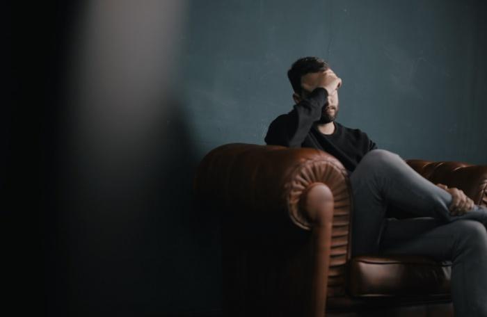 За год до смерти женщины сильнее страдали от депрессии, чем мужчины (три признака против двух)