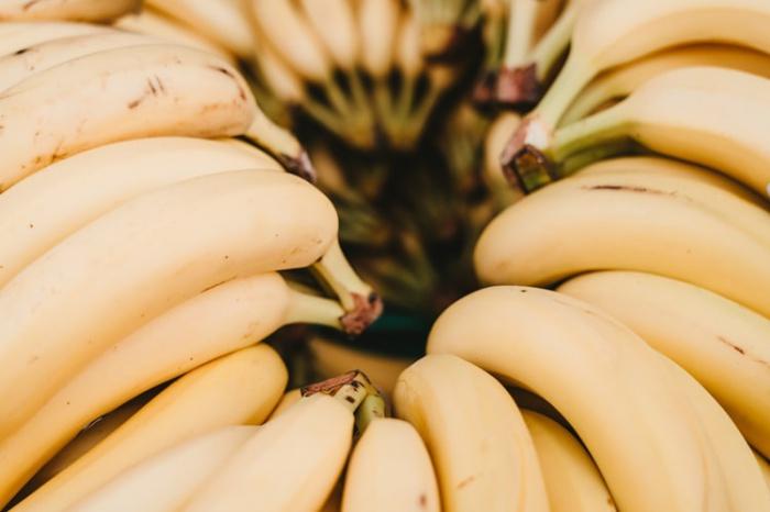 Медик посоветовала людям, которые испытывают боль в горле, употреблять в пищу бананы. Благодаря высокому содержания витамина С эти плоды могут ускорить процесс выздоровления