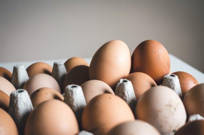 На предприятиях стремятся следить за здоровьем птиц и персонала, но, чтобы обезопасить себя от заражения сальмонеллезом, лучше ополаскивать яйца водой прямо перед их приготовлением, полагают специалисты