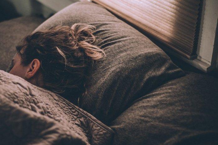 Использование гаджетов перед сном и засыпание под телевизор — одна из самых вредных привычек