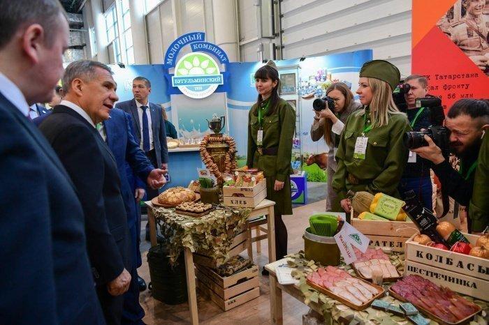 Рустам Минниханов осмотрел выставку итоговой коллегии Минсельхозпрода РТ.
