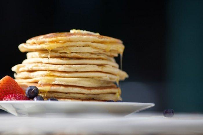 Специалист напоминает о том, что блины — блюдо довольно калорийное, их употребление увеличивает нагрузку на внутренние органы