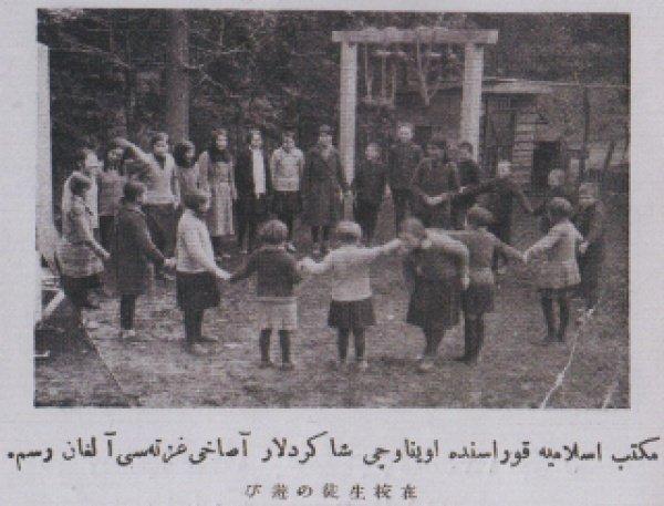 Ученики играют перед школой Мактаб Исламия