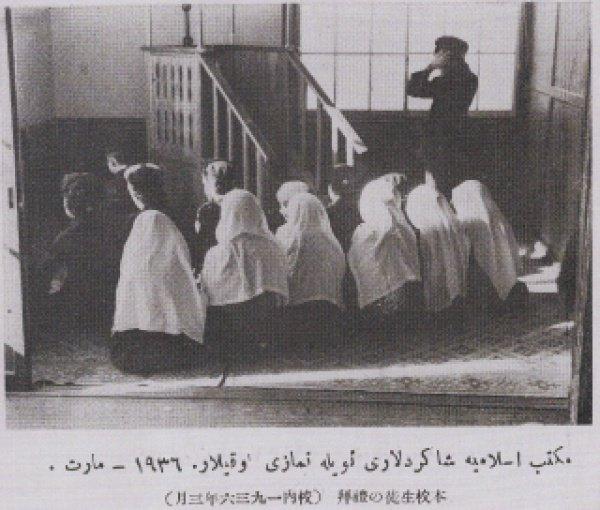 Ученики школы Мактаб Исламия совершают полуденный намаз. Март 1936 года.