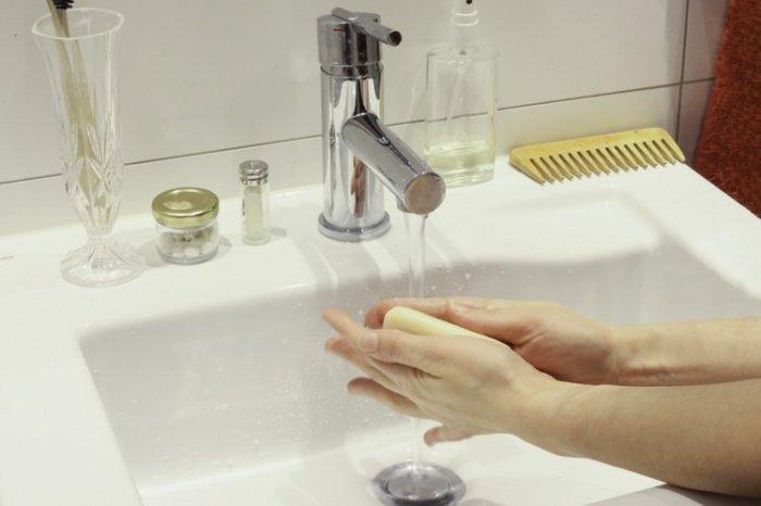 Медик также советует после мытья рук наносить защитный крем с витамином F