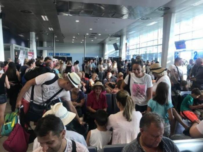 Российские туристы не могут вернуться на родину.
