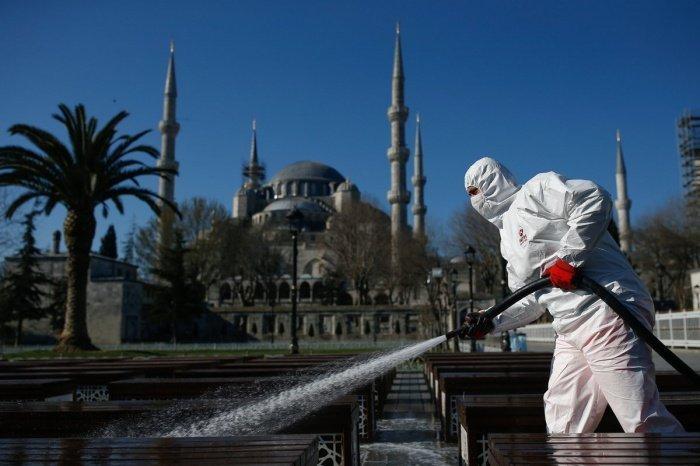В Турции выявлено около двух тысяч случаев заражения коронавирусом.