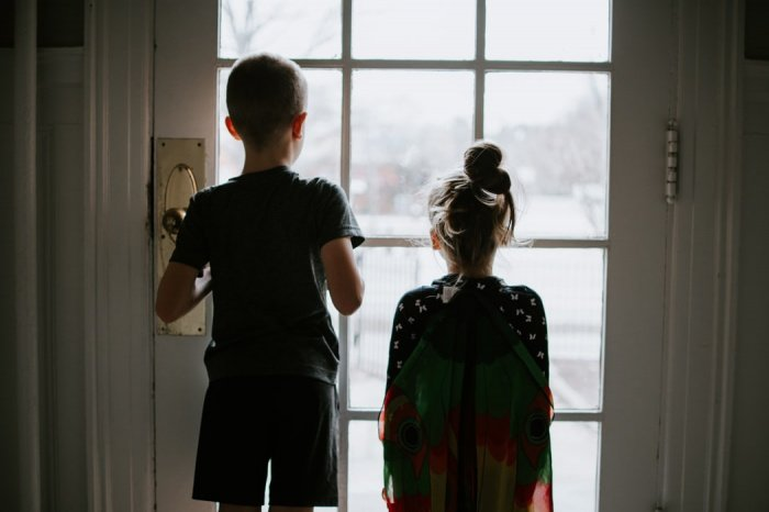 Взрослым важно сохранять спокойствие и адекватное отношение к происходящему - быть для ребенка образцом для подражания