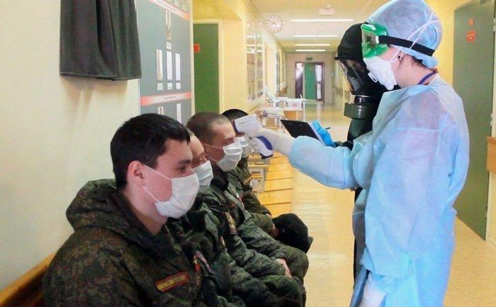 Коронавирус выявили у почти 900 российских военнослужащих.