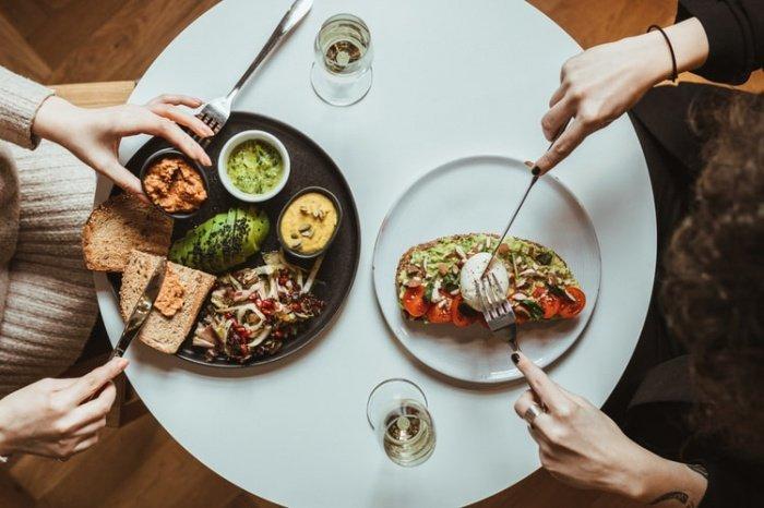 Обед, по словам Смирновой, должен быть «самым массивным приемом пищи»: он должен включать белок в виде рыбы и мяса и медленные углеводы