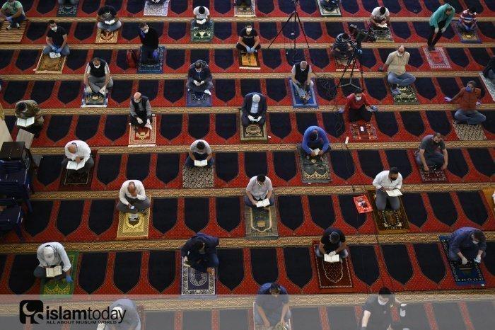 Соблюдение дистанции в мечетях. (Фото: MONIRUL ALAM /ТАСС)