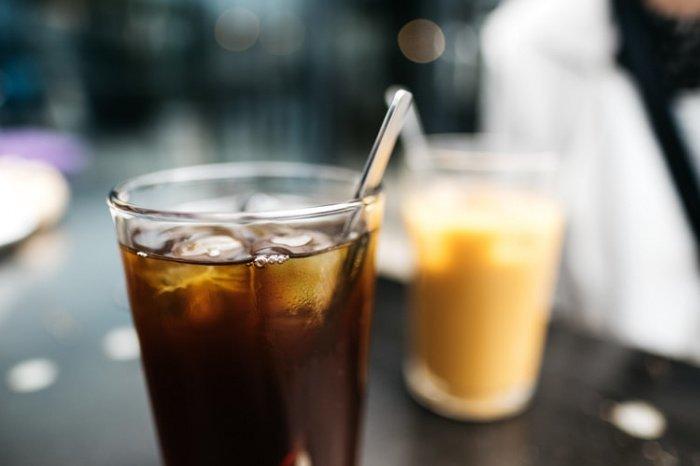 Если не удается отказаться от кофе, каждый его прием следует сопровождать 2 стаканами питьевой воды