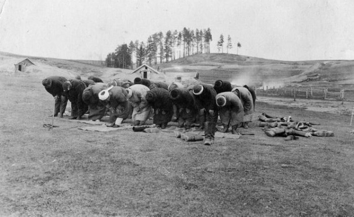 Первая мировая война. Солдаты-мусульмане совершают намаз.