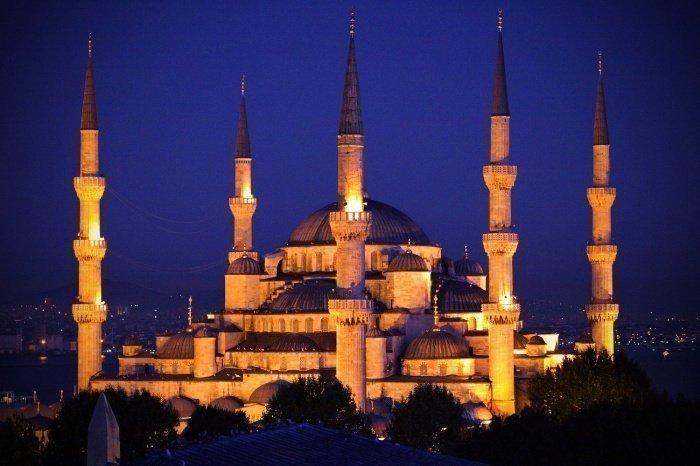 Голубая мечеть под ночным освещением