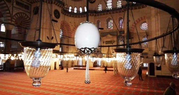 Почему на люстрах Голубой мечети были установлены страусиные яйца?