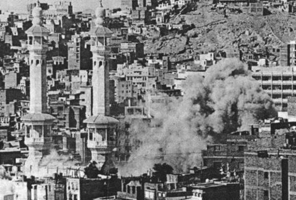 Дым, поднимающийся над мечетью во время штурма галереи Марва-Сафа