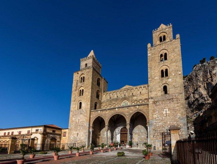Собор Чефалу, одно из самых интересных зданий на Сицилии, был построен нормандским королем Роджером II и освящен в 1267 году. Отражает норманнское, латинское, греческое и арабское архитектурное влияние.
