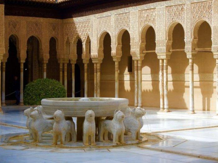 Отремонтированный двор Львов, Альгамбра, Кордова, Испания.