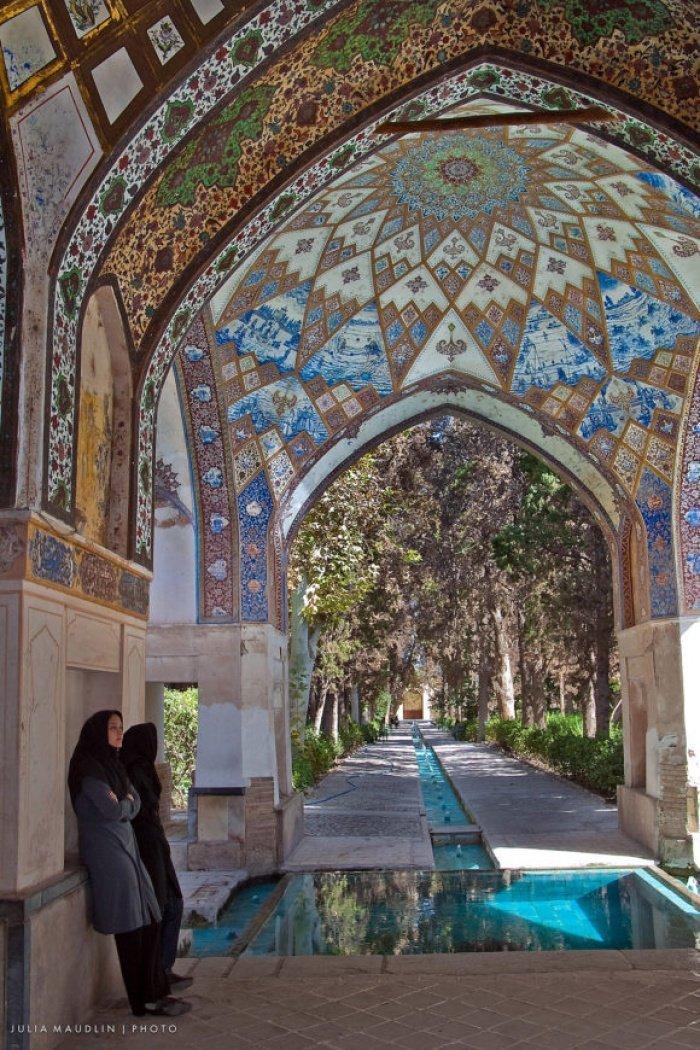 Студенты в саду баг-и-фин, Кашан, Иран.