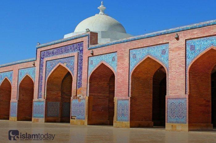 100 куполов и ни одного минарета: чем так уникальна эта малоизвестная мечеть в пакистанском Карачи?