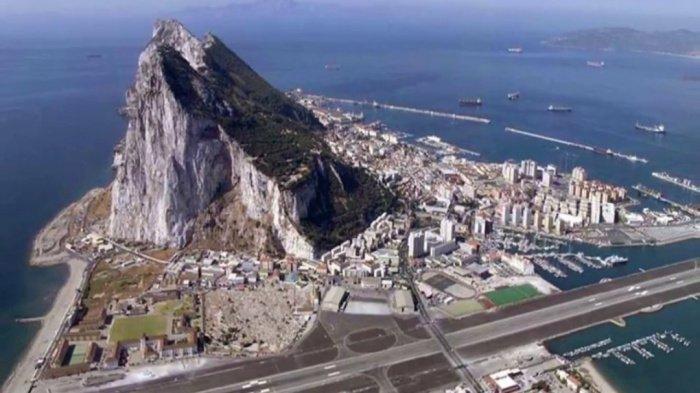 Вид на Гибралтар (заморская территория Великобритании) и гору Тарика (Гибралтарская скала). На противоположной стороне пролива можно увидеть Северную Африку