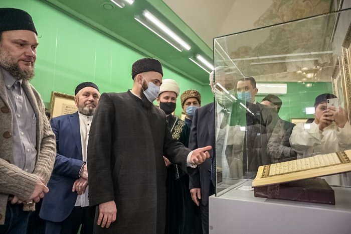 Камиль хазрат Самигуллин на выставке.