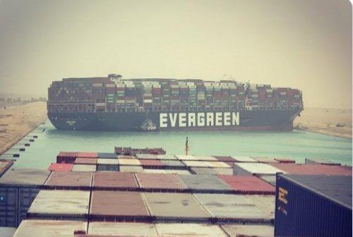 EverGiven - причина застоя в мировой торговле (Источник фото: www.vedomosti.ru).