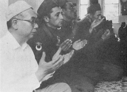 Садык Йошио Имаидзуми во время дуа с турецкими солдатами в Токийской мечети
