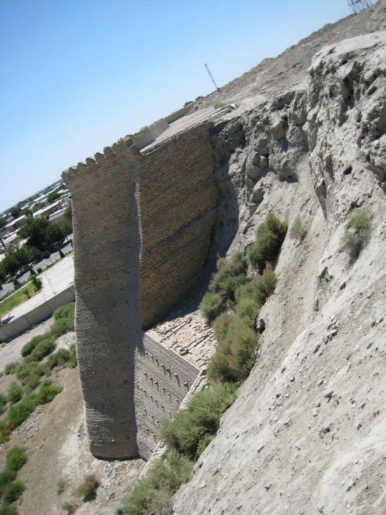 Арк Бухары. Разрушенная часть стены (из личного архива автора).
