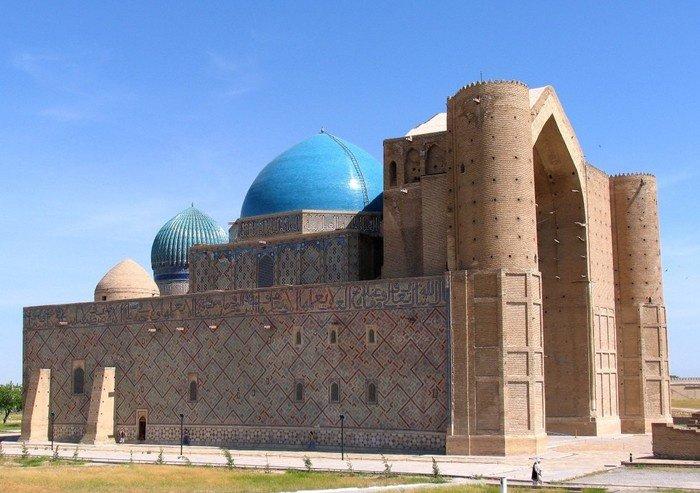 Мемориальный комплекс Ходжи Ахмета Яссави представляет собой гигантское здание в форме прямоугольника (Фото: pikabu.ru).