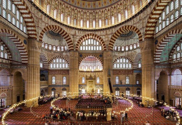 Отдельного внимания заслуживает и внутреннее убранство мечети (Фото: zen.yandex.ru).