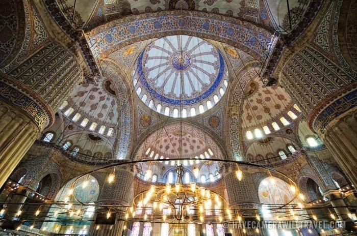 Основной голубой купол в центре мечети (Фото: zen.yandex.ru).