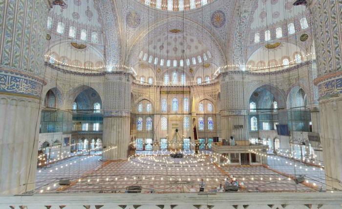 Внутреннее убранство мечети (Фото: zen.yandex.ru).