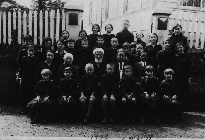 Абдурашид Ибрагим вместе с Габдулхаем Курбангалиевым и детьми из тюрко-татарской школы. 15 октября 1933 года (Фото: архив университета Васеда).