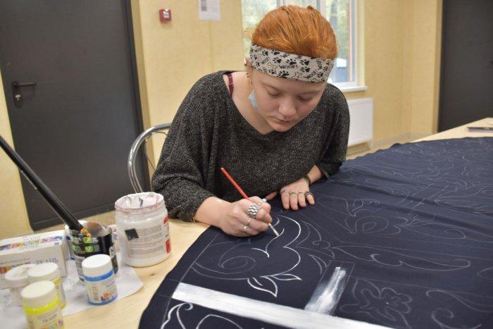 Молодые люди занимаются декоративно-прикладным искусством.