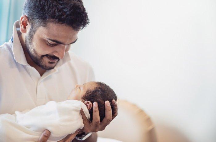 Азан и камат ребёнку может прочесть любой человек, однако предпочтительнее, если это сделает обладающий более совершенной верой или старшие из семьи.