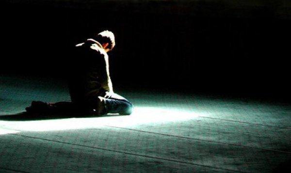 Становится ли человек, оставивший намаз, неверующим?