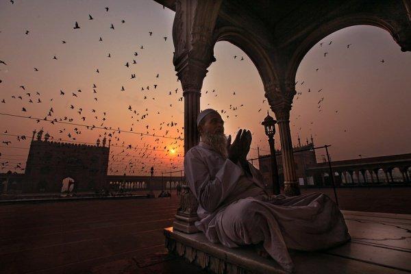 «Если бы люди знали о достоинстве утреннего и ночного намаза, то приходили бы в мечеть, даже если бы им пришлось для этого ползти» (Бухари, Муслим).