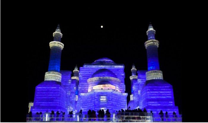 Ледяная мечеть на фестивале ледяных скульптур в Харбине