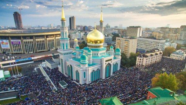 При входе в мечеть произносить: «Аллахумма ифтах ли абваба рахматика»