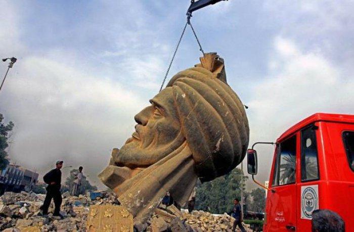 Кран поднимает памятник аль-Мансуру после землетрясения 2005 г.
