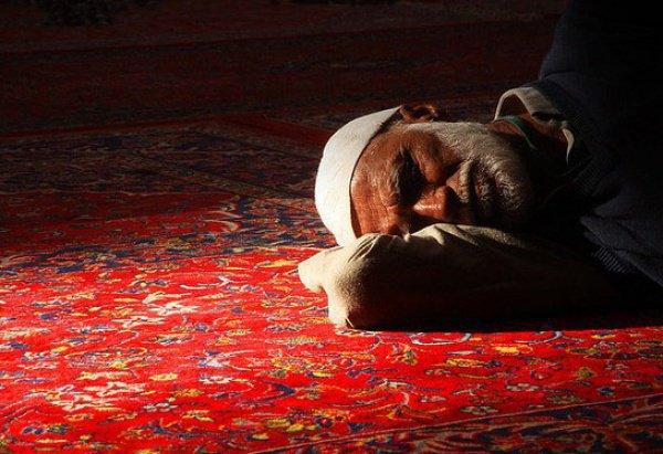 Спать на правом боку – это сунна Посланника Аллаха