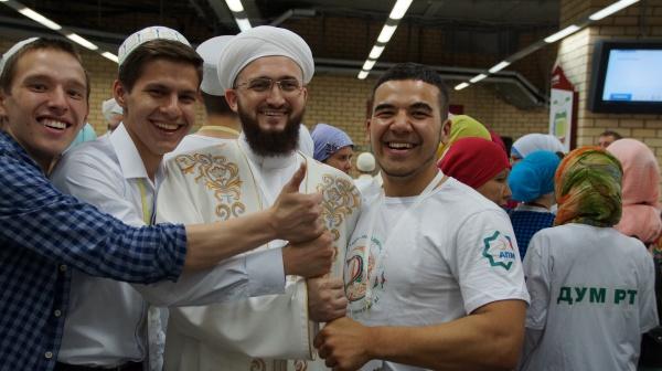 Муфтий с участниками ифтара.