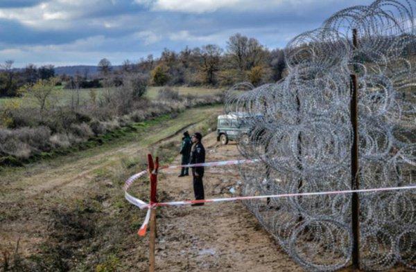 Навенгерской границе появились чучела для отпугивания беженцев