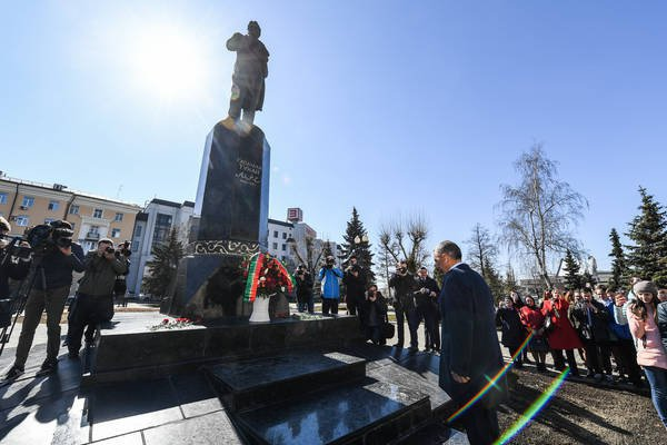 В честь этого события к памятнику писателю, расположенному в сквере им.Г.Тукая в городе Казани, возложил цветы президент Татарстана