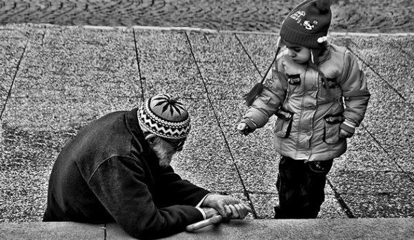 Садака – это все то, что совершенно безвозмездно, ради Аллаха, раздается бедным и нуждающимся