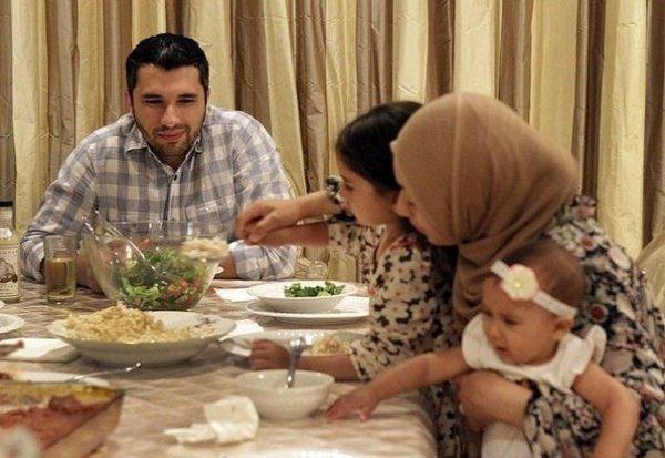 Если ужин уже готов и подан, то начните с еды